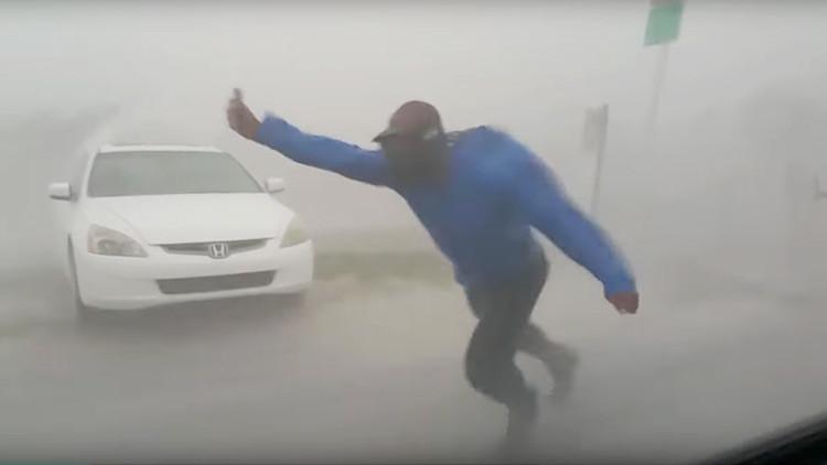 VIDEO: Un cazador de tormentas arriesga su vida para estudiar el huracán Irma