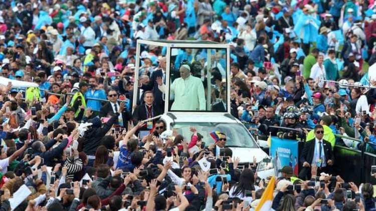 El papa Francisco decidió a último momento mostrarse en el papamóvil en Bogotá (Reuters)