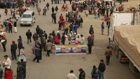 Movilización de los transportistas de la Federación de Transporte Interprovincial (Fetrain) en la avenida Juan Pablo II de El Alto.