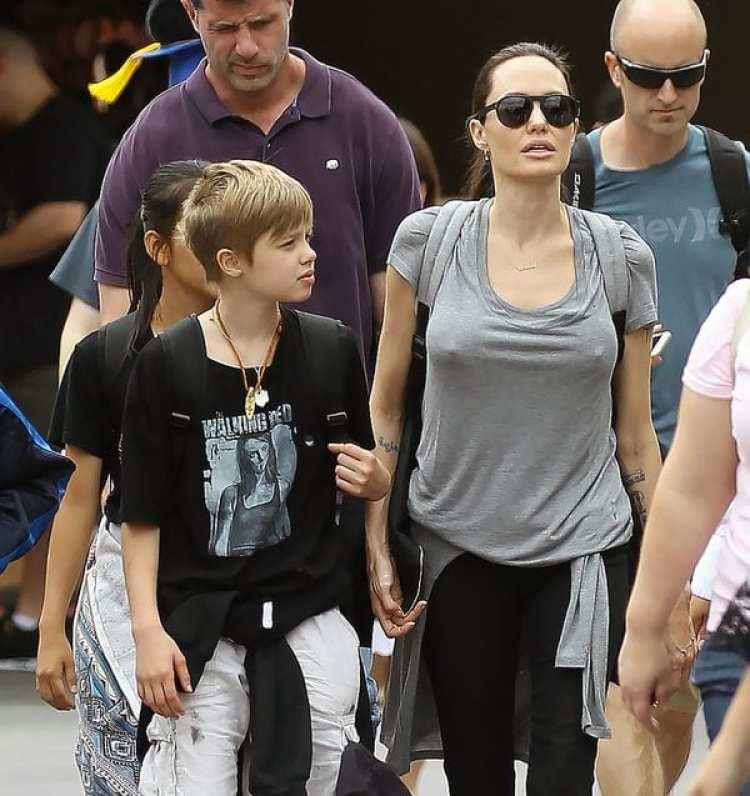 Angelina Jolie con sus hijos, durante una visita a Disney (Grosby Group)