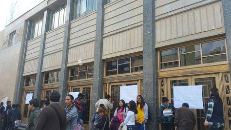 Las puertas del Monoblock de la UMSA son cerradas por los estudiantes de Humanidades.