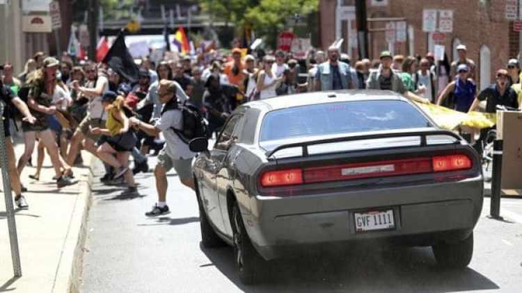 Momento de un atentado terrorista, perpetrado por un supremacistas blanco, contra una multitud. (AP)