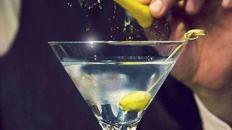 El Dry Martini admite muchas variantes, incluyendo una pizca de limón