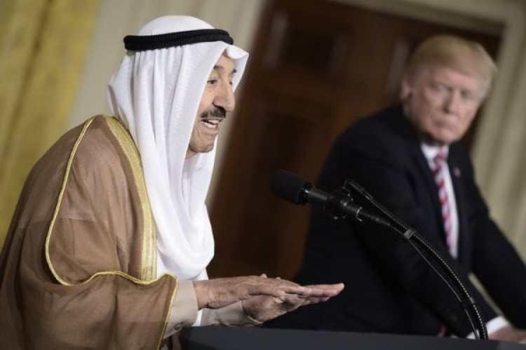 El emir de Kuwait durante una conferencia de prensa con el presidente de Estados Unidos , Donald Trump, a principios de mes (AFP)