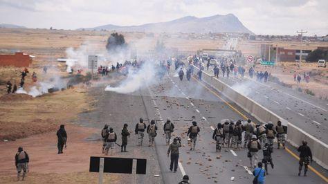 Momento de la gasificación en la intervención policial en la doble vía a Tiquina.