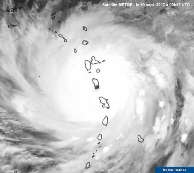 El ojo del ciclón sobre el archipiélago (Metéo France)