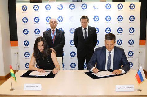 La firma del acuerdo entre representantes del gobierno de Bolivia y de la firma rusa Rosatom. Foto: ABEN