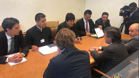 El presidente Evo Morales en la reunión con el representante del BID, Luis Alberto Moreno. Foto:Cancillería