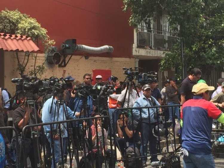 La prensa frente a la escuela (Crédito Infobae)