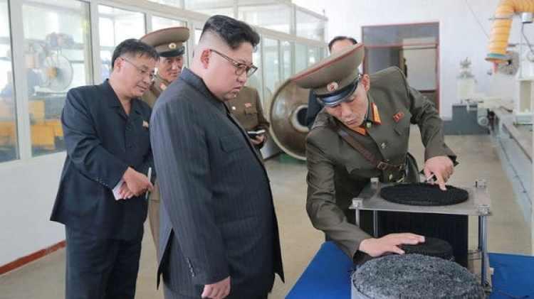 El programa nuclear y balístico de Pyongyang avanza a pasos agigantados, mientras que la población sufre malnutrición y deficiencias sanitarias. En la foto Kim Jong-un asiste a una demostración en un laboratorio dedicado a programas de defensa (KCNA/Reuters)