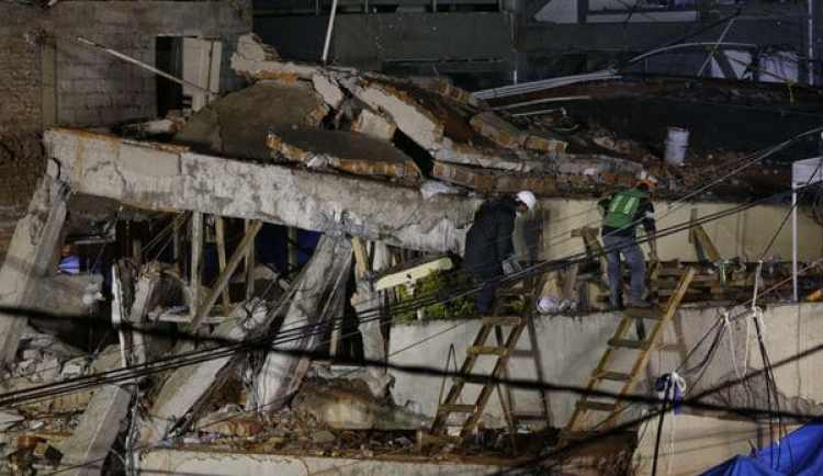 Los trabajos de rescate fueron brevemente interrumpidos por las lluvias, por alertas de sismo y por peligros de derrumbe (AP)