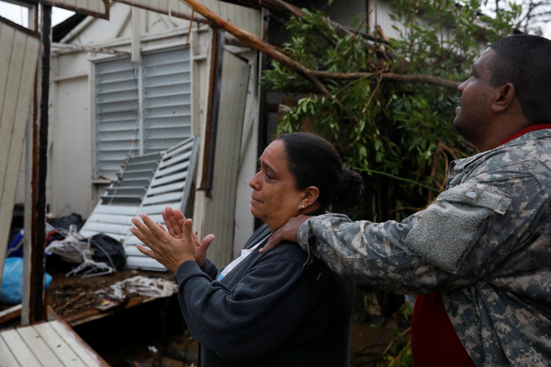 Una mira desolada cómo quedó su casa destruida tras el paso del huracán. (REUTERS/Carlos Garcia Rawlins)