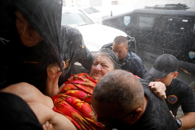 Una mujer es atendida por los grupos de socorro en Puerto Rico. (REUTERS/Carlos Garcia Rawlins TPX IMAGES OF THE DAY)