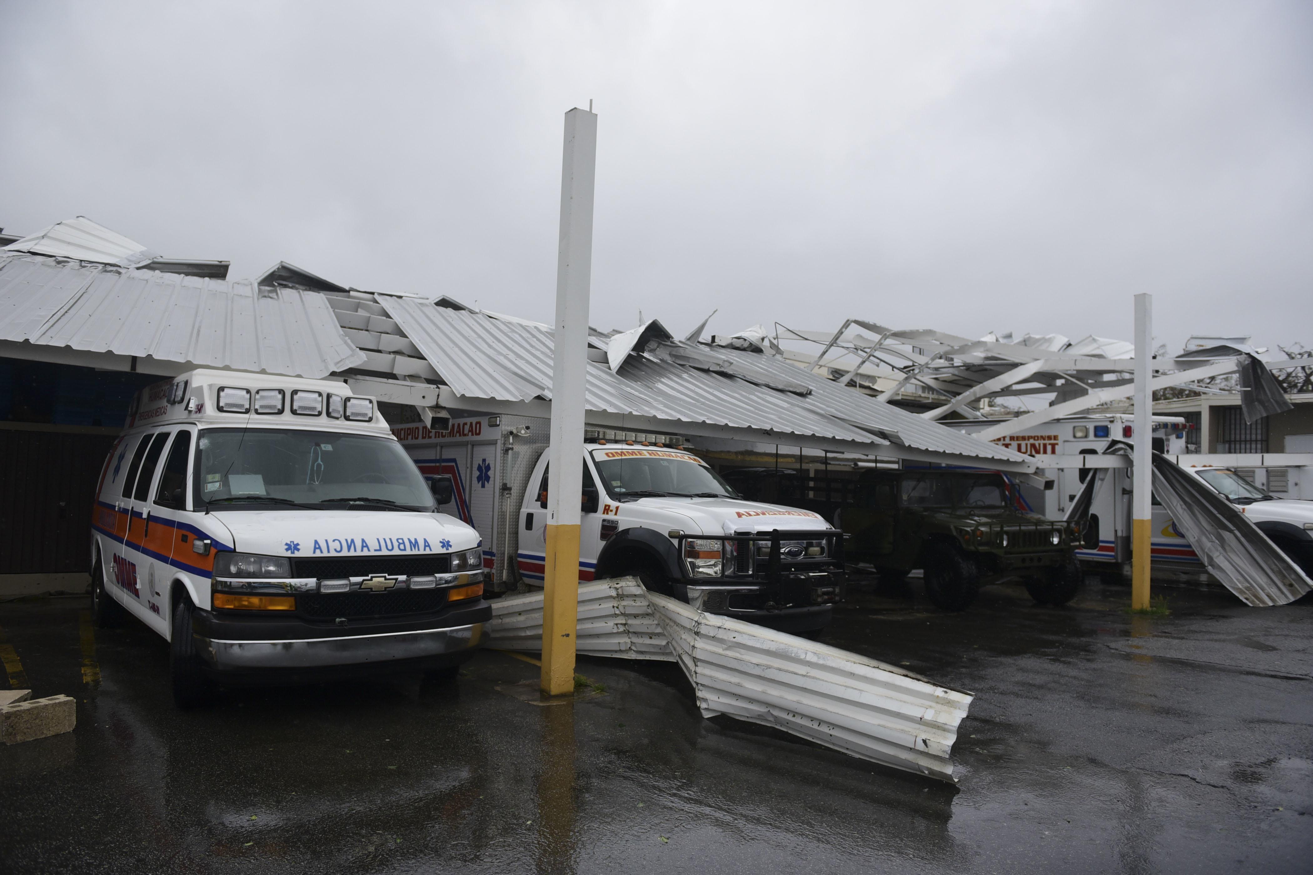 Varios ambulancias quedaron atrapadas luego que el techo de los estacionamientos se cayó por la ferocidad de los vientos producidos por María. (AP Photo/Carlos Giusti)