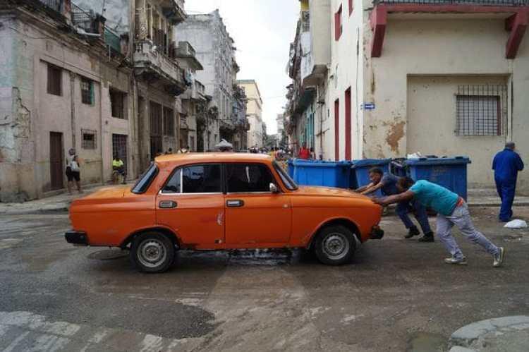 Un Lada descompuesto en La Habana, uno de los autos más populares de Cuba fabricado en la Unión Soviética a partir de la década de 1970 (Niek van Son)