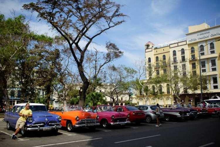 Autos clásicos y sus conductores esperan por los turistas (Reuters)
