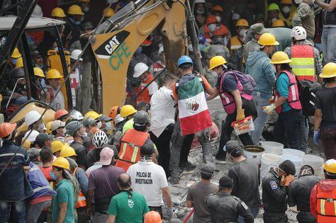 Grupos de rescate y voluntarios continúan con las labores de búsqueda de desaparecidos bajo los escombros en Ciudad de México.