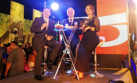 García Linera (c) en el escenario que la cadena Red Uno montó en la Expocruz 2017