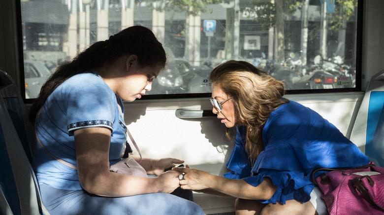 Alicia y su madre Paula en el autobús.