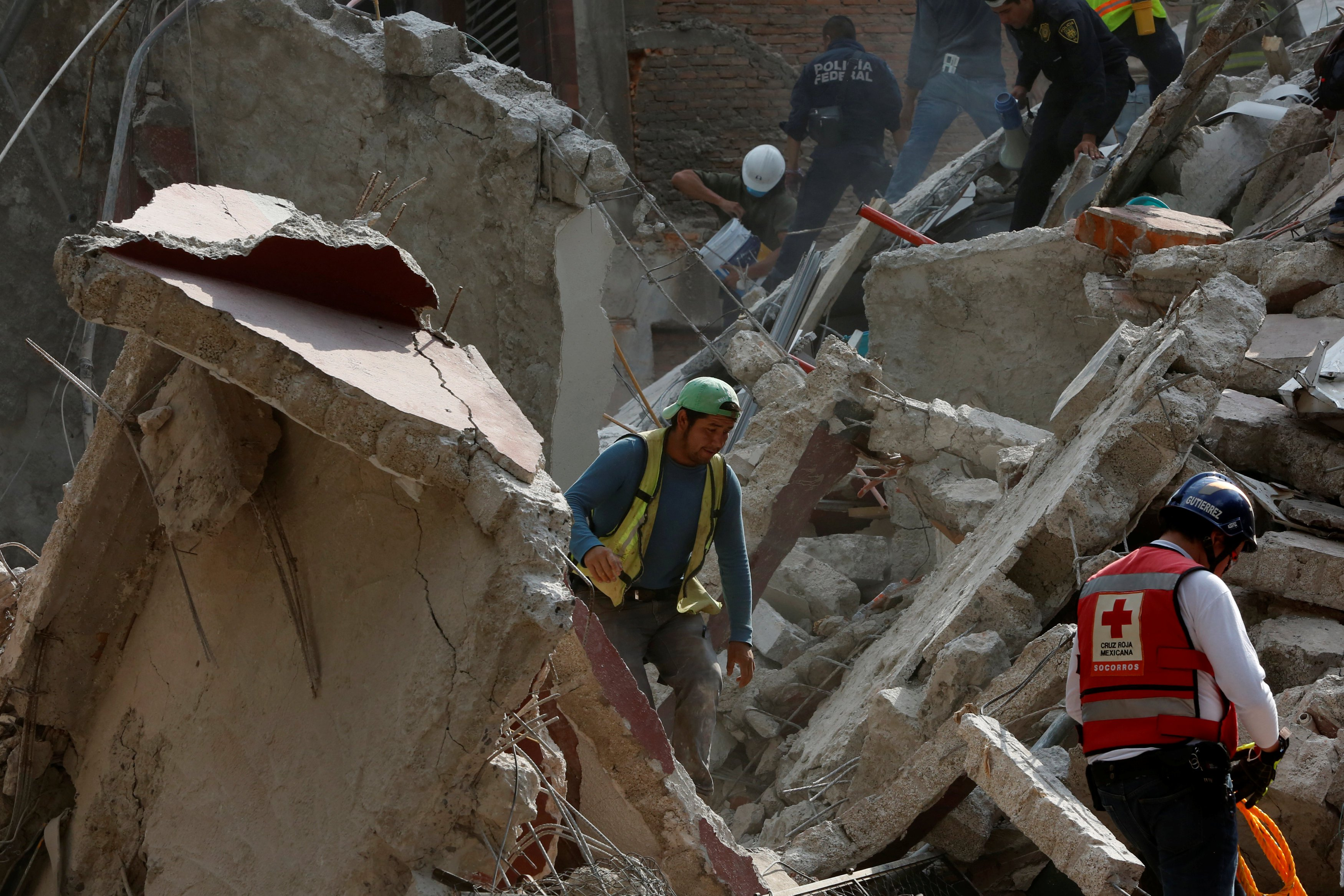 People clear rubble after an earthquake hit Mexico City, Mexico September 19, 2017. REUTERS/Carlos Jasso