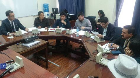 El represente de Chihuahua, Sergio Sainz, (i) durante su comparecencia ante la Comisión Papeles de Panama de la Asamblea Legislativa.