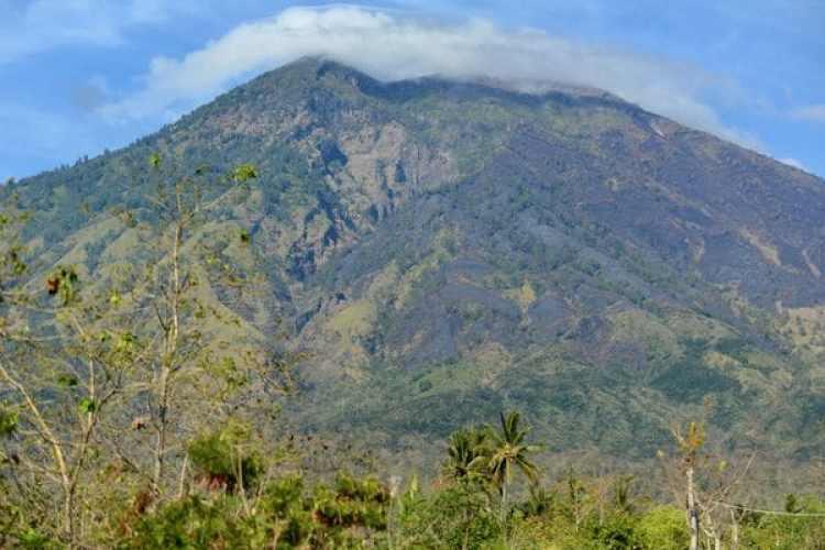 Vista del volcánAgung en Bali (AFP)