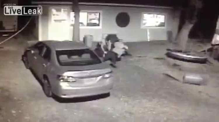 Los oficiales lo tiraron al suelo a pesar de que no ofreció resistencia