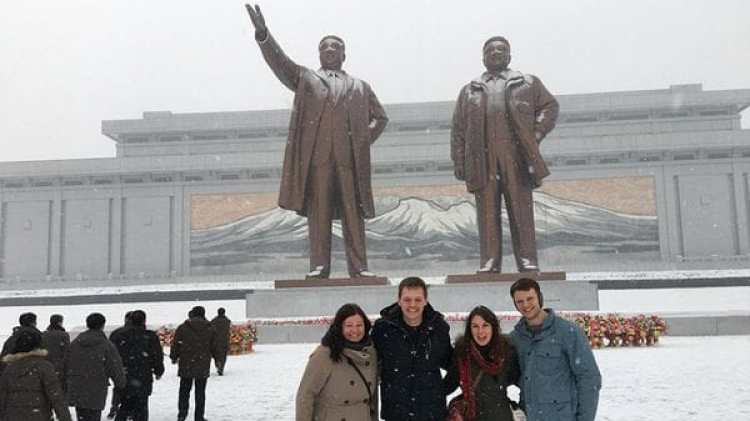Otto junto a un grupo de jóvenes en el monumento a Kim Jong-un