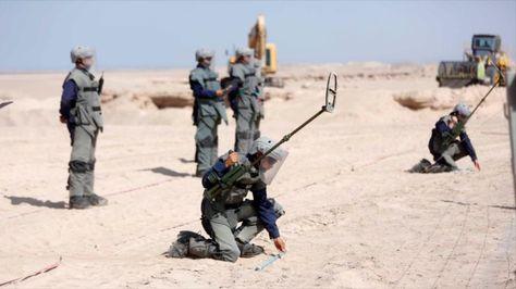 Soldados del Ejército de Chile se preparan para detonar minas antipersona en la frontera con Bolivia.