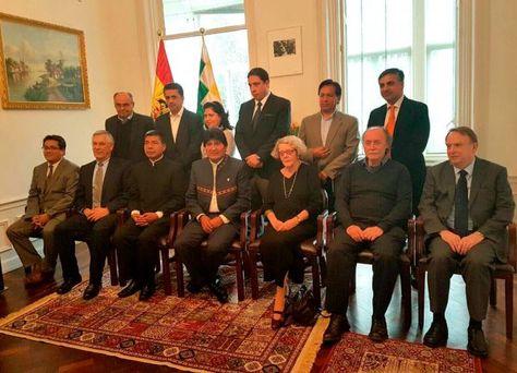 El equipo jurídico nacional e internacional que administra las demandas en la CIJ junto con Morales. Fue en febrero, en La Haya.