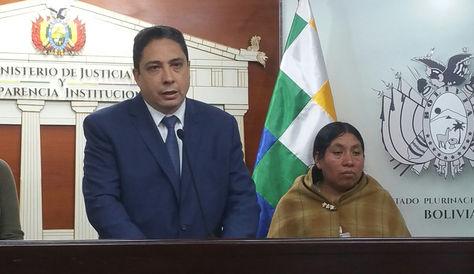 El ministro de Justicia, Héctor Arce, junto a Tomasita Machaca, víctima durante 38 años obligada a realizar trabajos domésticos. Foto: La Razón