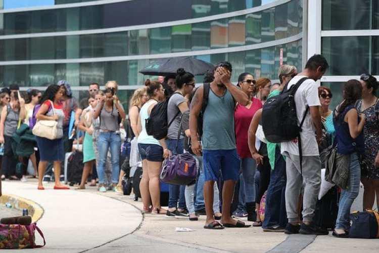 Los puertorriqueños llevan días esperando para volar hacia Miami.(Joe Raedle/Getty Images)