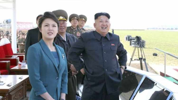 Ri Sol-ju junto a Kim Jong-un durante pruebas aéreas militares en 2014 (Reuters)