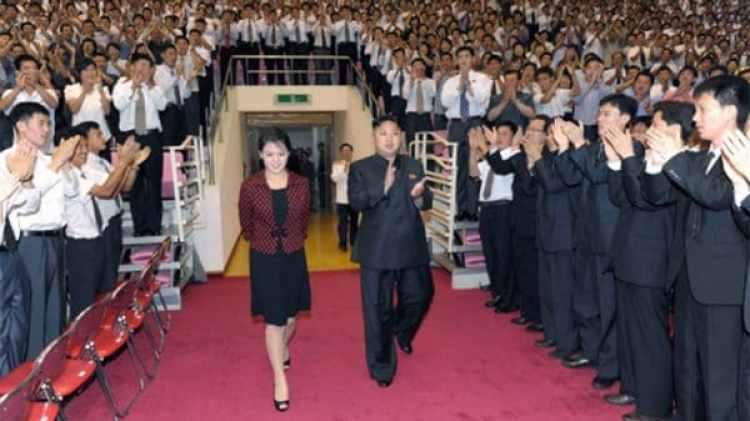 """Sonriente y sin salirse del protocolo ni un milímetro. Ri Sol-ju es llamada """"camarada"""" por los medios propagandísticos de Corea del Norte (Reuters)"""
