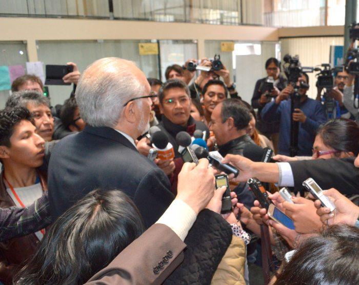 EL EXPRESIDENTE CARLOS MESA DE ESPALDAS RESPONDE A LAS PREGUNTAS DE LOS PERIODISTAS.