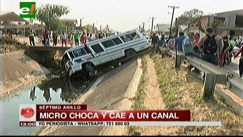 Un micro acaba en el canal de drenaje Guapilo