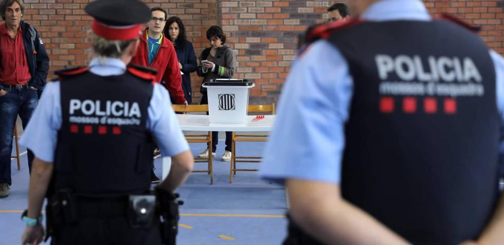 Dos mossos entran en un colegio en Figueras.