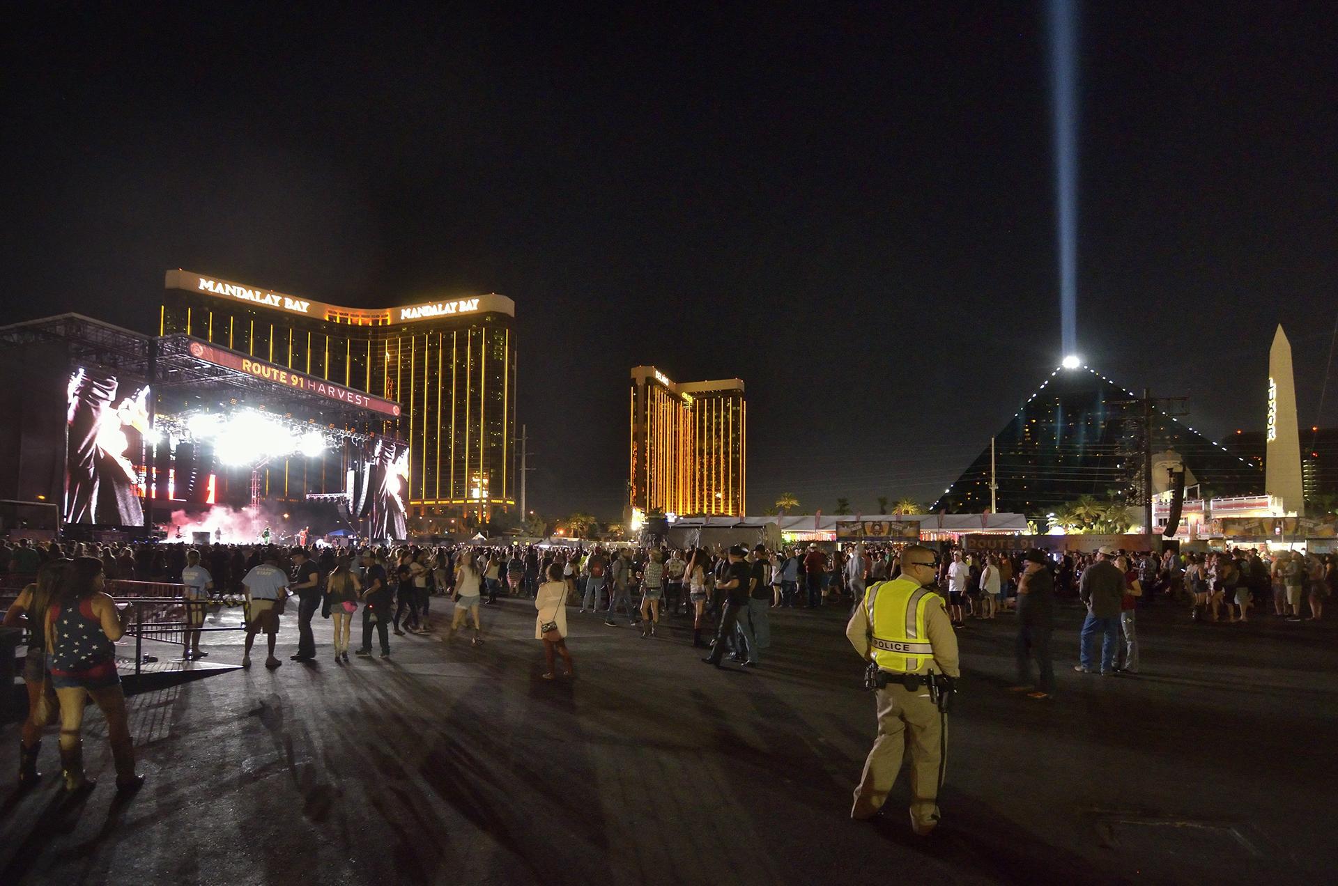 """MCX02 LAS VEGAS (ESTADOS UNIDOS), 02/10/2017.- Vista general de uno de los escenarios del festival de música """"Route 91. Harvest"""", en las Vegas, Estados Unidos, el 30 de septiembre de 2017."""
