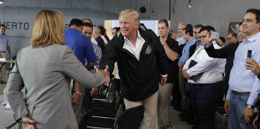 Donald Trump a su llegada a la base Muñiz saludó a la alcaldesa de San Juan, Carmen Yulín Cruz. (AP / Evan Vucci) (horizontal-x3)