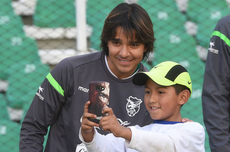 Martins se toma una foto con un niño. Foto: archivo La Razón