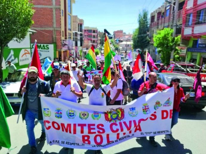 MARCHISTAS. Los dirigentes cívicos, durante su recorrido por las calles de la Capital, donde pidieron respeto a la...