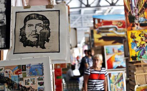 Pinturas con la imagen del Che Guevara se venden en un mercado de artesanías, en La Habana (Cuba).