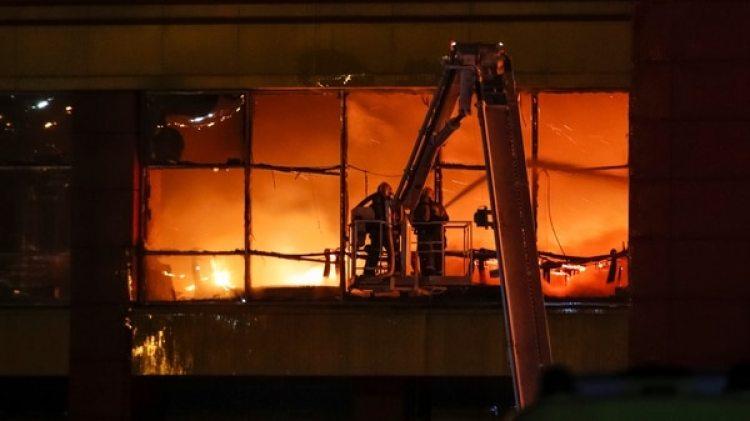 Bomberos trabajan para extinguir el fuego (Reuters)