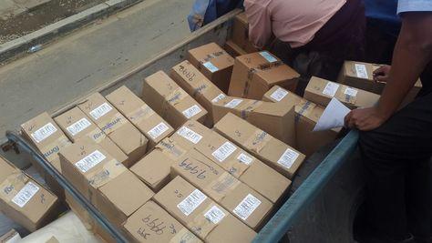 Una parte de la mercancía que trasladaba el camión del que robaron las tarjetas de Entel.
