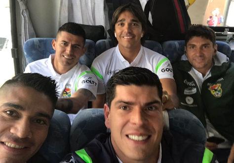 Lampe (c) junto a otros jugadores de la selección en el bus que los transportó hasta el estadio Hernando Siles