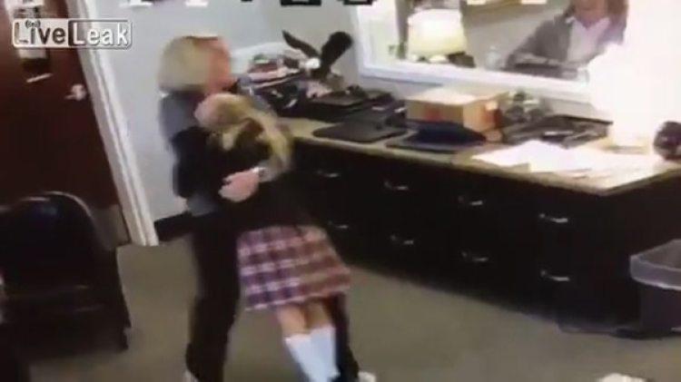 El abrazo a la funcionaria escolar que le comunicó la noticia