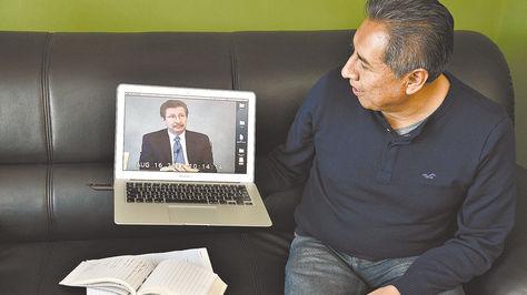 El abogado Rogelio Mayta muestra el video del interrogatorio a Carlos Sánchez Berzaín.