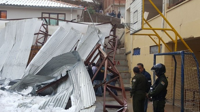 Tinglados de cuatro unidades educativas colapsaron a consecuencia de la granizada. Foto: CORREO DEL SUR