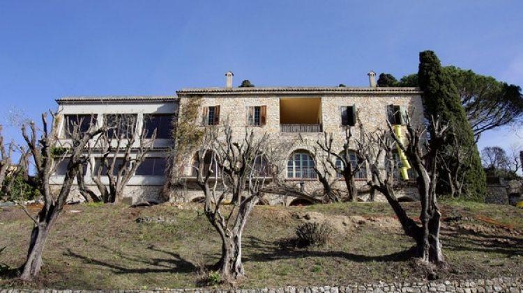 Una pista de tenis, una piscina, un spa y una cava de vinos que alberga más de 5.000 botellas completan la lujosa residencia (AFP)