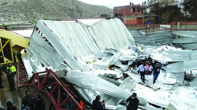 RESCATE. El cuerpo del colegial de 15 años es retirado en medio del tinglado colapsado de la unidad educativa Aniceto...